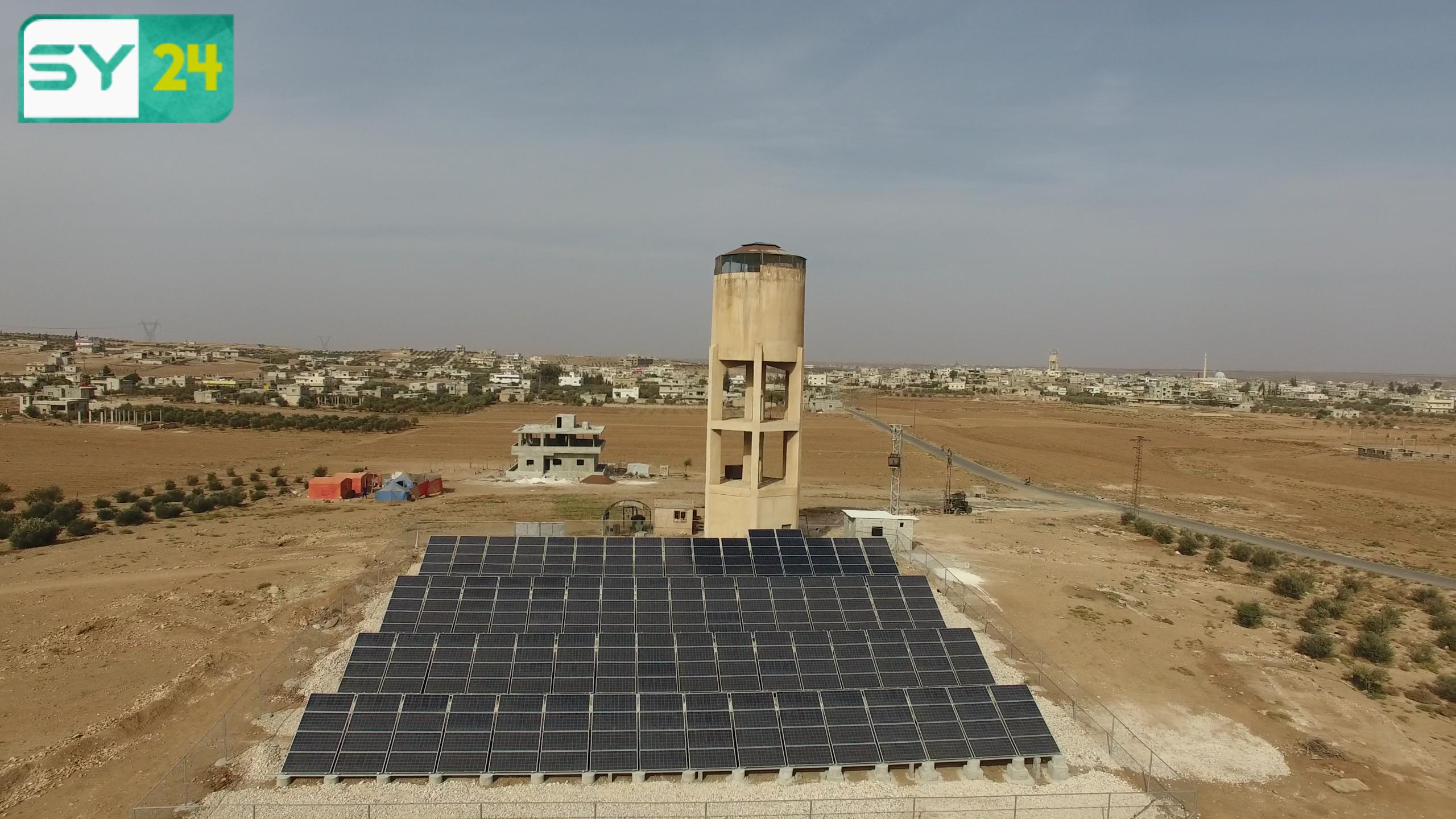 """حاجة أهالي ريف درعا للماء دفعتهم لتسخير الطاقة البديلة (ألواح الطاقة الشمسية) لأن تكون مصدراً أساسياً لتشغيل """"مشروع بئر المياه في بلدة نصيب"""" بريف درع"""