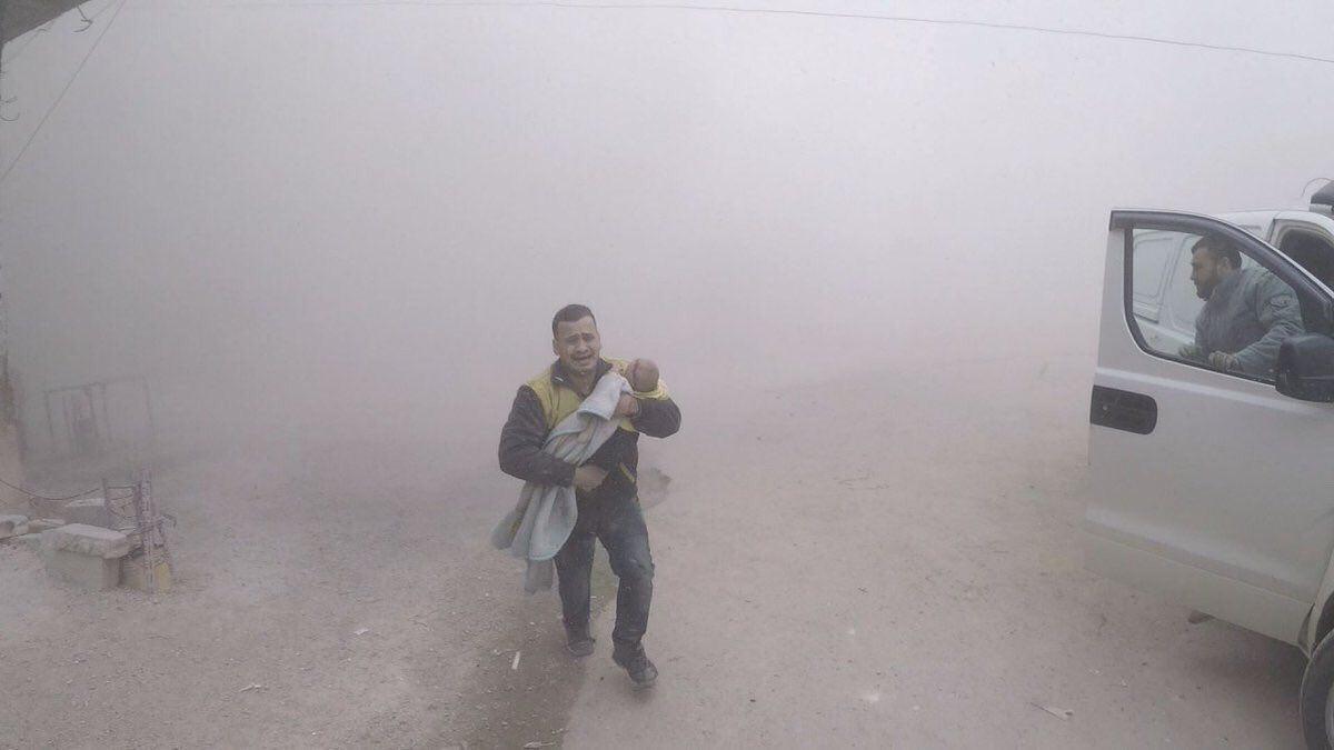 """""""سعيد المصري"""" أحد المتطوعين في منظومة """"الدفاع المدني""""، وهو يحاول إسعاف طفله الوحيد إبراهيم البالغ من العمر ثلاثة أشهر"""